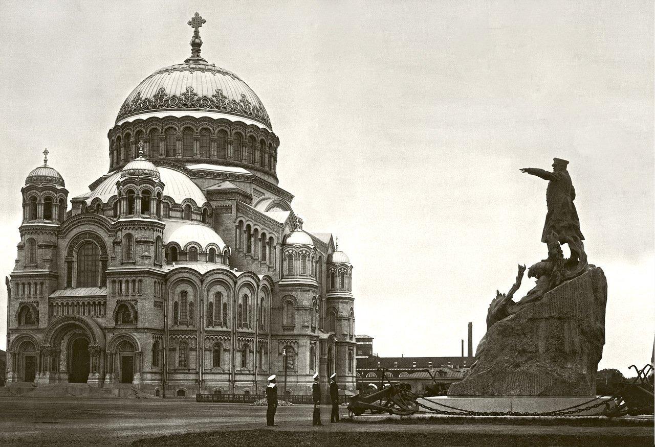 Кронштадтский Богоявленский морской собор и памятник адмиралу Макарову