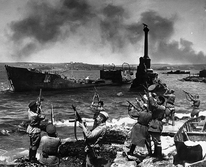 Советские солдаты празднуют освобождение Крыма