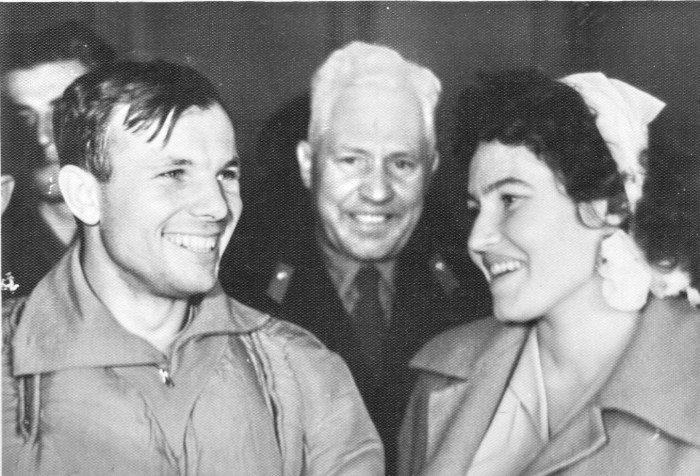 Гагарин - первые минуты приземления