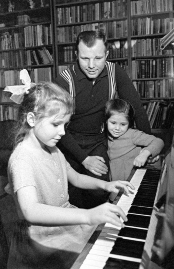 Гагарин с дочерьми Леной и Галей.