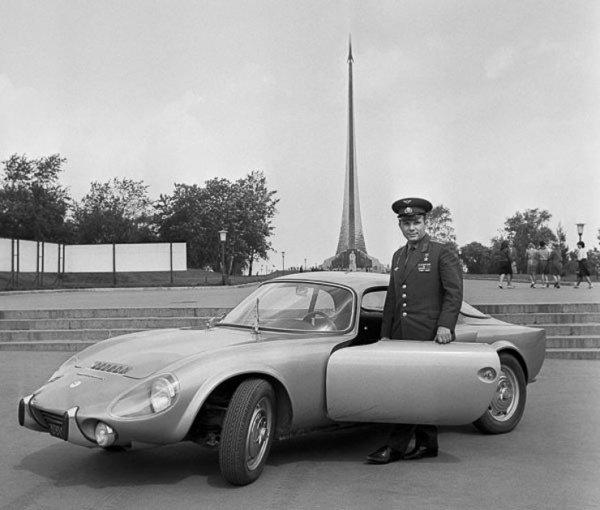 Гагарин и спортивный автомобиль Matra Djet.