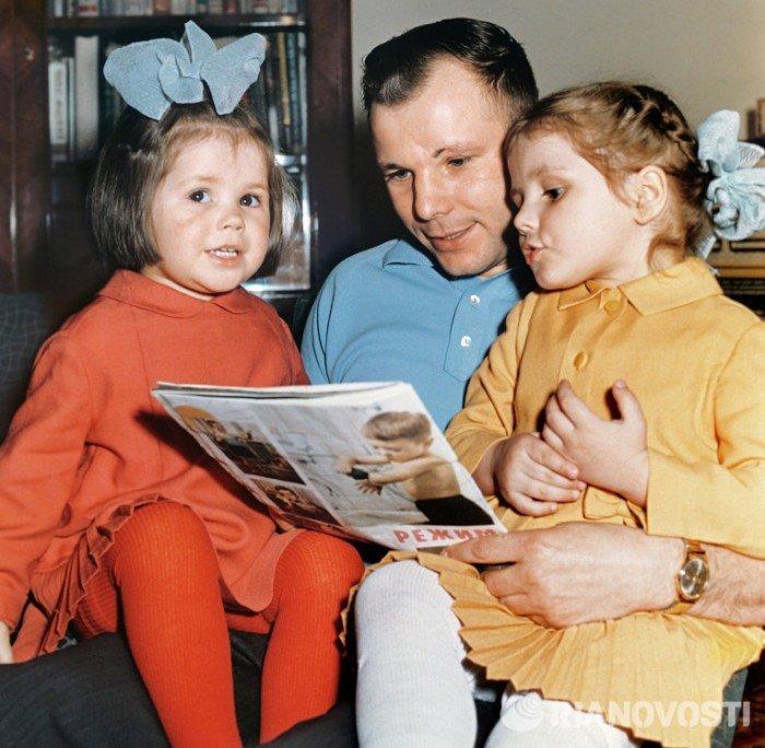 Гагарин с детьми