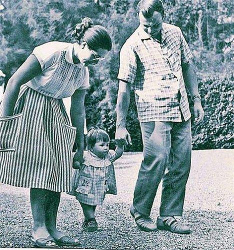 Гагарин с семьей на прогулке