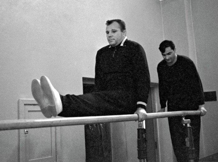 Летчик-космонавт СССР Юрий Гагарин на тренировке.