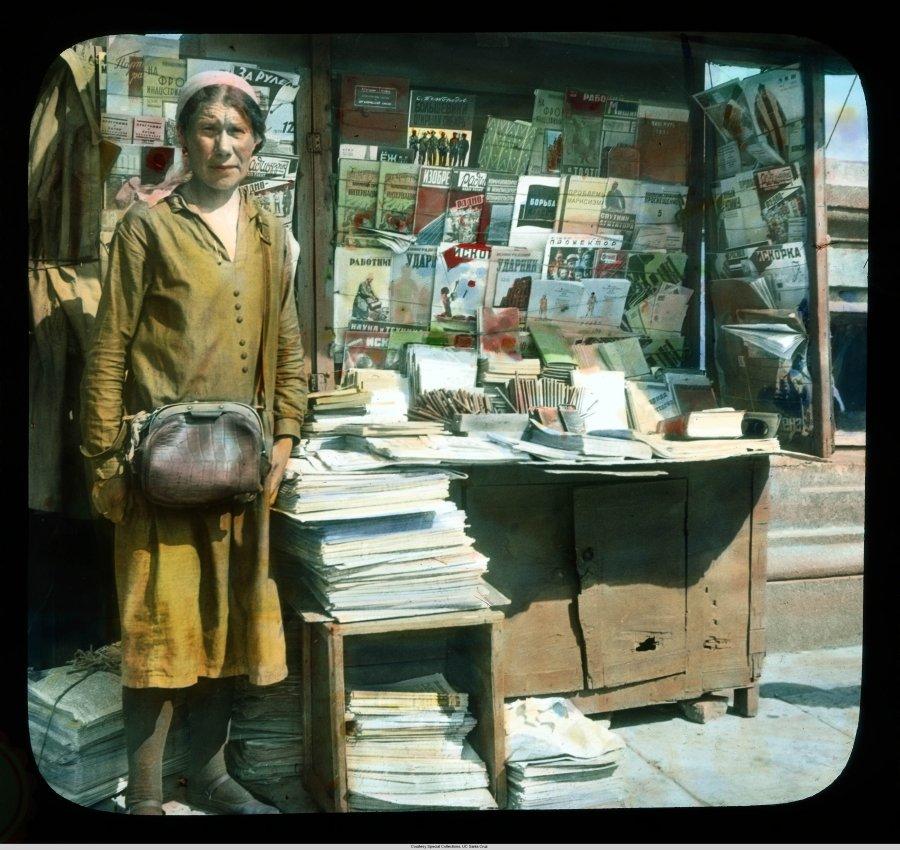 Продавщица газет