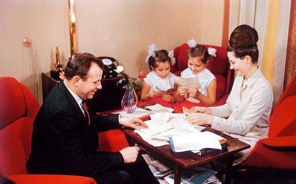 Гагарин с семьей разбирает почту