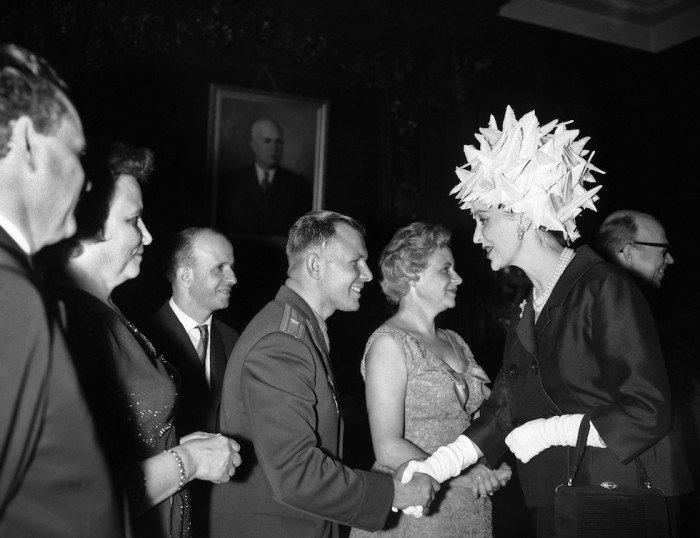 Британская актриса Valeri-Hobson приветствует Юрия Гагарина в Лондоне