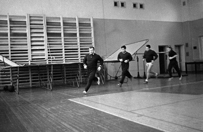 Гагарин бегает в спортзале