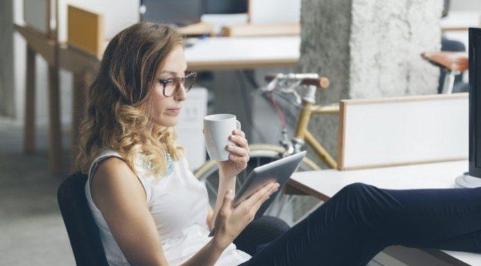 девушка читает статью