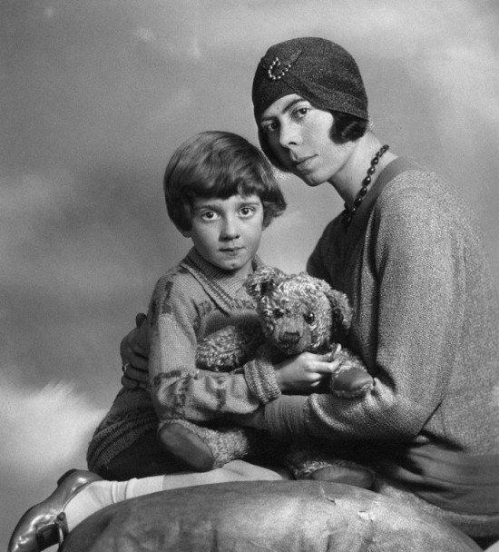 Кристофер Робин с матерью Дороти Милн