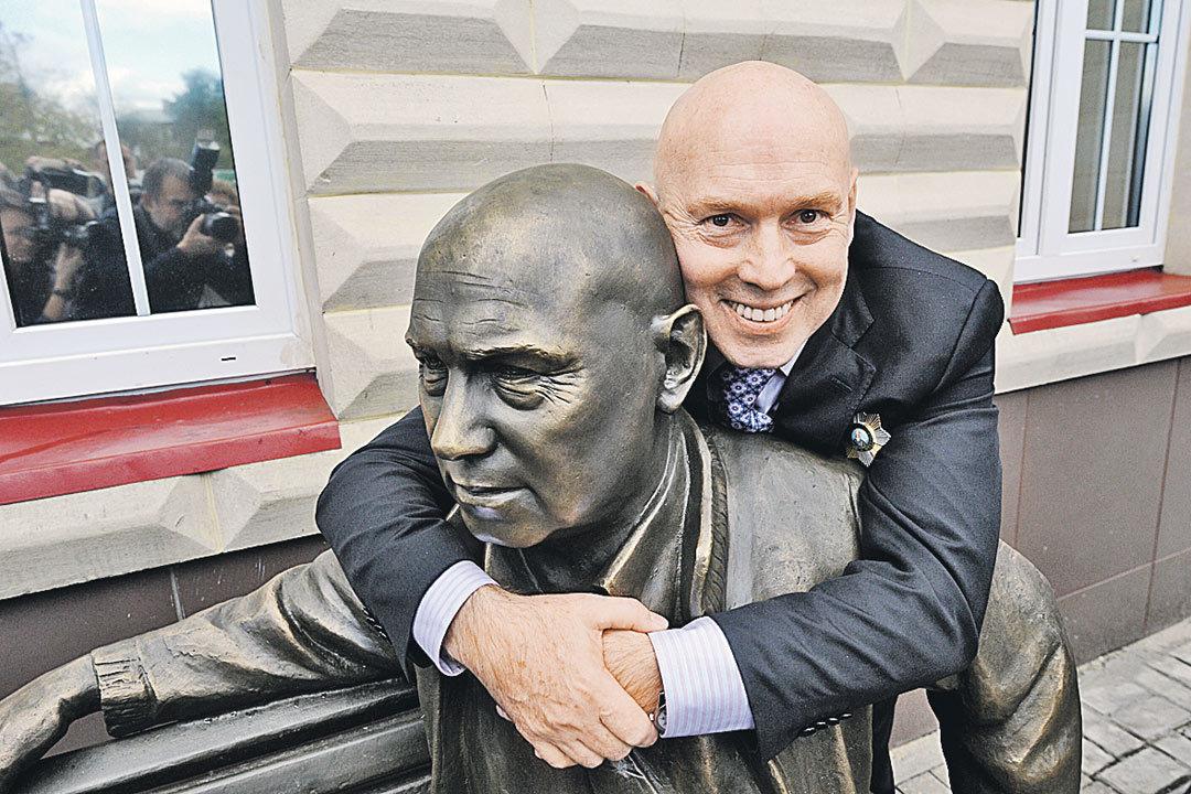 Памятник актёру Виктору Сухорукову