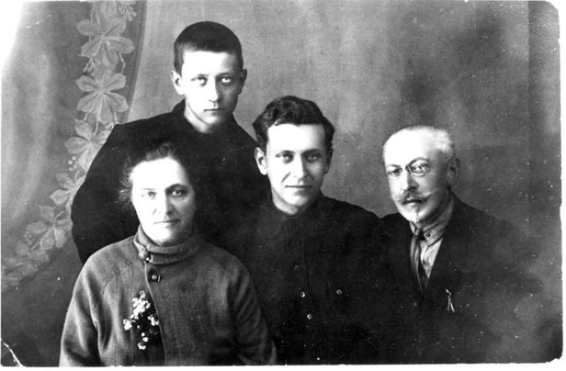 1929-god-lihachevy-dmitrij-v-tsentre