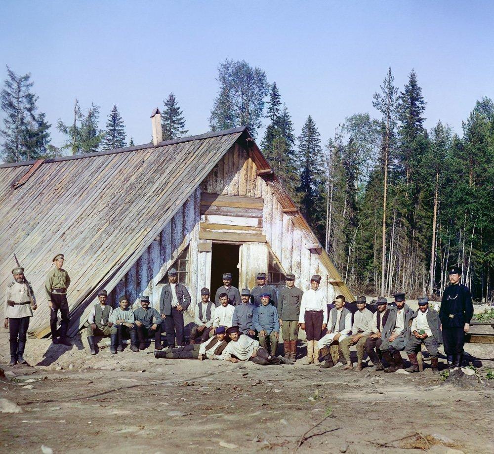 s-m-prokudin-gorskij-voennoplennye-avstrijtsy-u-baraka-okolo-stantsii-kivach-1916-god