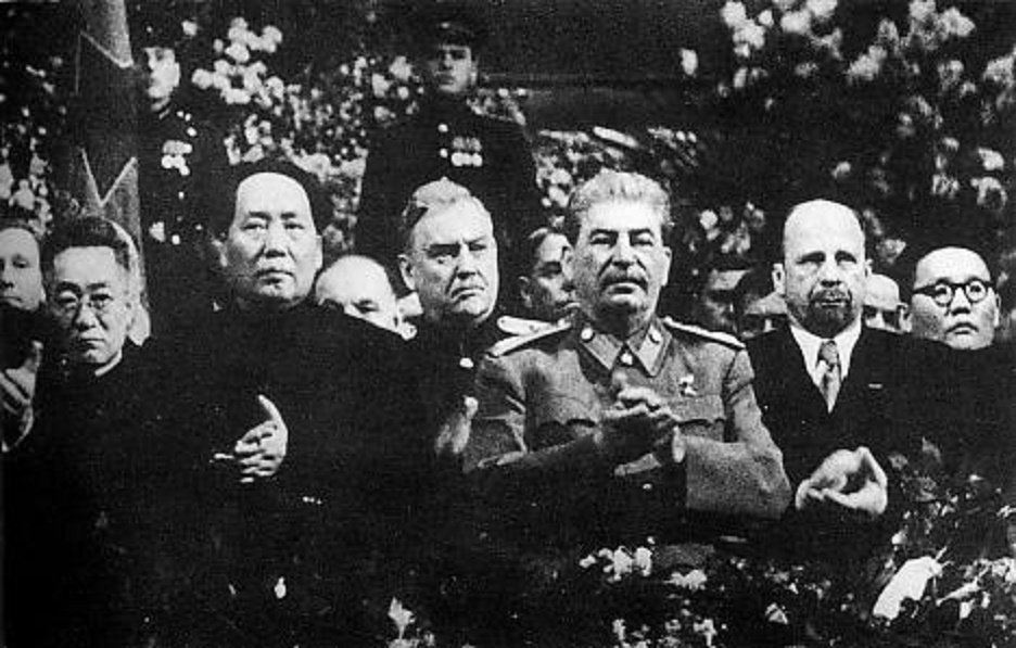 stalin-v-prezidiume-s-mao-tszedunom-bulganinym-ulbrihtom-i-tsedenbalom-21-dekabrya-1949