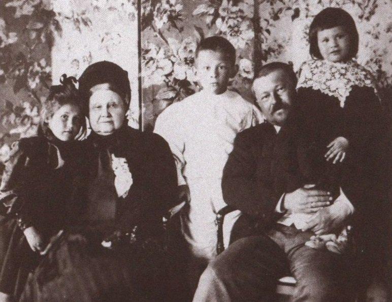 mariya-fyodorovna-morozova-1830-1911-s-synom-savvoj-timofeevichem-morozovym-1862-1905-i-vnukami-mariej-timofeem-i-elenoj