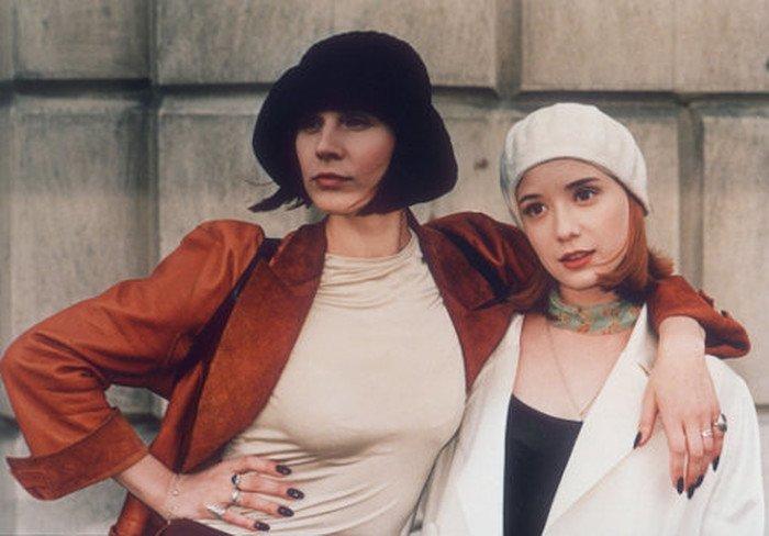 dina-korzun-i-chulpan-hamatova-v-filme-strana-gluhih-1998-god
