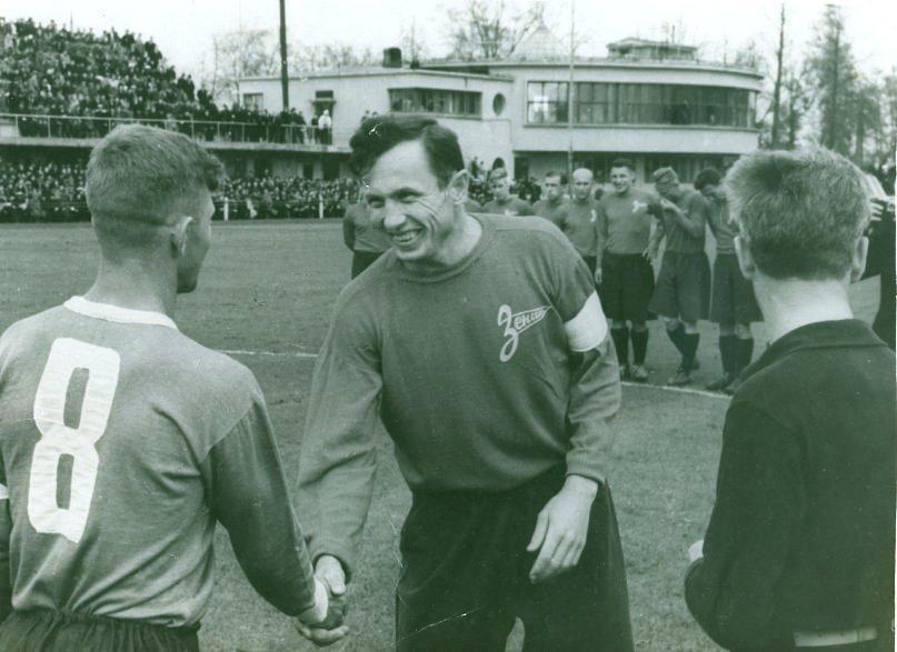 1949-g.-Leningrad-stadion-Dinamo-kapitan-Zenita-Pshenichnyj-pered-matchem