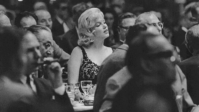 Мэрилин Монро слушает выступление Никиты Хрущева в голливуде, 1959 г.