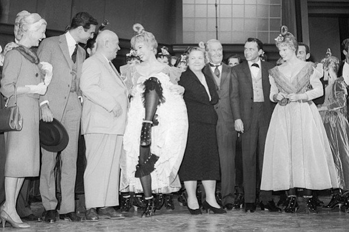 Луи Журден, Хрущёв, Ширли МакЛейн, жена Хрущёва, Морис Шевалье и Фрэнк Синатра.