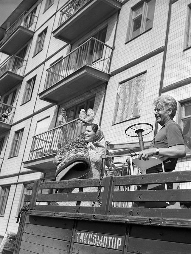 Pereezd-v-novyj-dom-1963-god.-Fotohronika-TASS