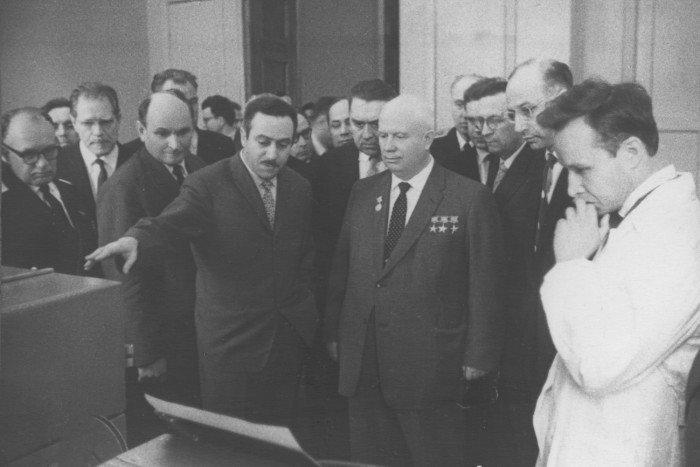 Staros-demonstriruet-N.S.Hrushhevu-rabotu-UM-1