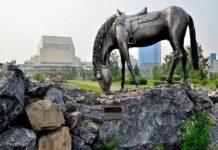 Skulptura-Loshad-belaya