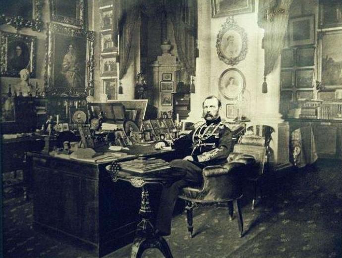Imperator-Aleksandr-II-v-rabochem-kabinete