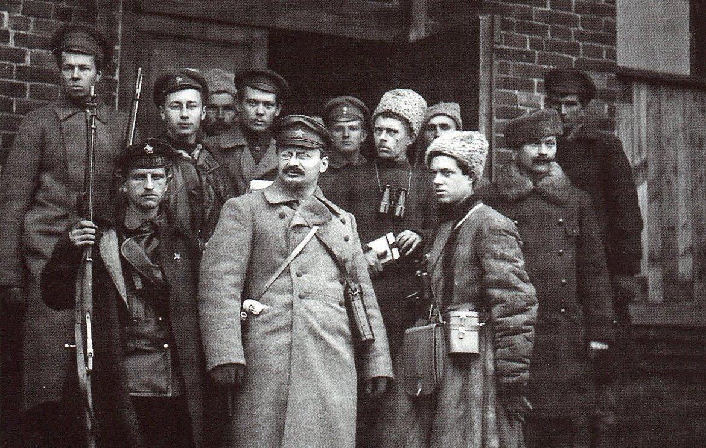 Lev-Trotskij-so-svoej-ohranoj-1919