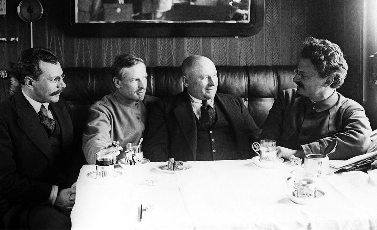 Lev-Trotskij-sprava-v-vagone-svoego-shtabnogo-poezda-1920-god