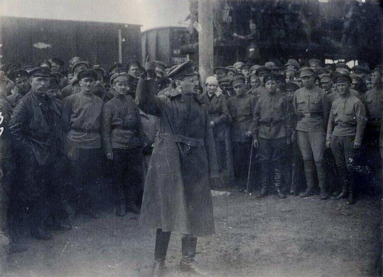 Lev-Trotskij-vystupaet-pered-soldatami