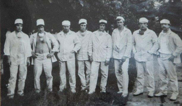 Отряд тульских шахтеров в белой спецодежде работников атомной станции. 1986 г.