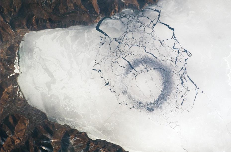 Огромные кольца на поверхности льда Байкала