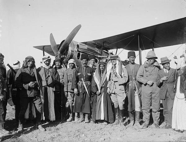 Британцы с главами бедуинских и черкесских общин на аэродроме Аммана, 1921 год