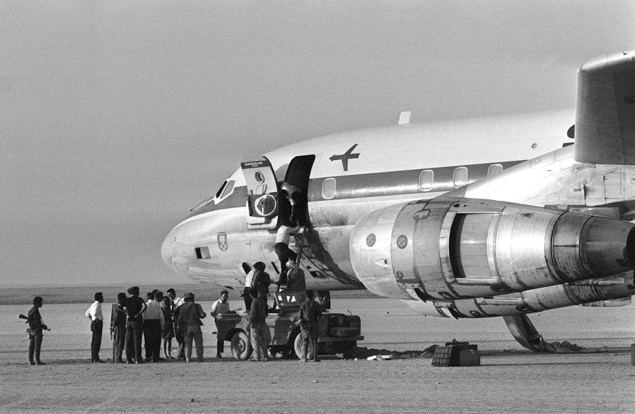 Палестинцы осматривают Douglas DC-8 авиакомпании Swissair, захваченный во время полёта из Цюриха в Нью-Йорк. AFP / East News