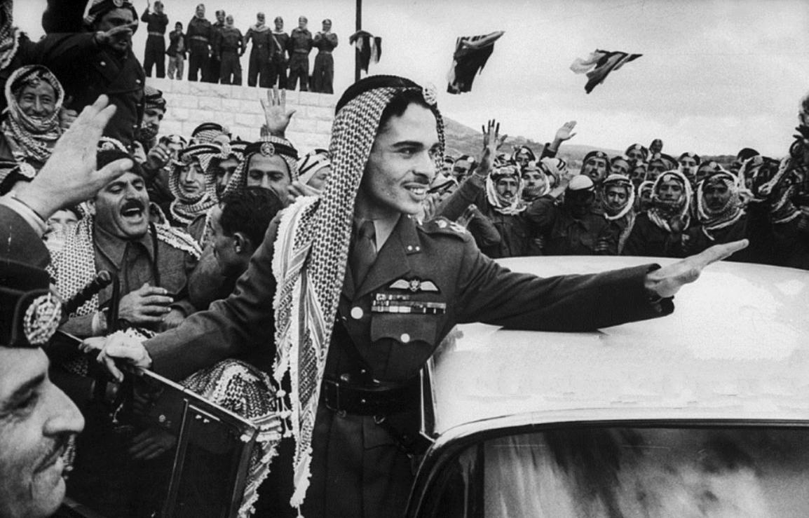 Молодой король Хусейн в окружении своих солдат. 1957 год.