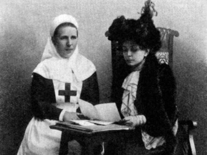 Баронесса В. И. Икскуль фон Гильденбранд (справа) и старшая сестра Общины сестер милосердия имени генерал-адъютанта М.. П. фон Кауфмана, 1904—1905