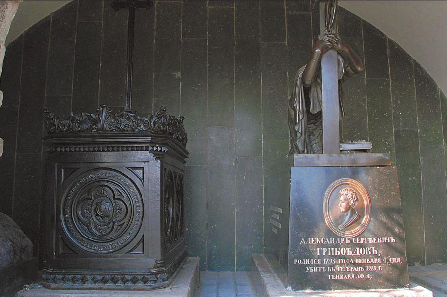 Могила княжны Нины Чавчавадзе (слева) и Александра Грибоедова (справа)