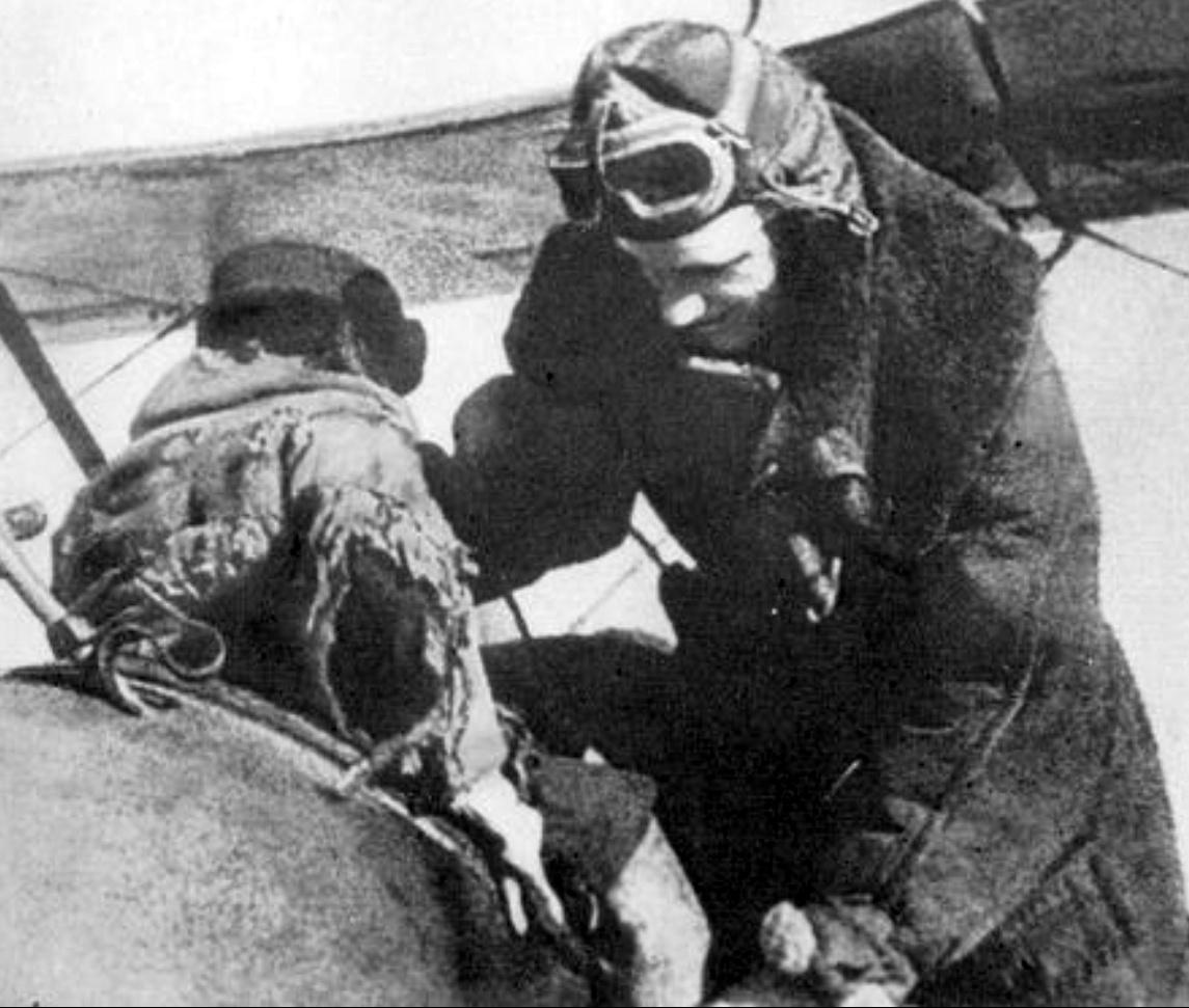 Лейтенант Мамкин принимает на свой самолет ребенка.
