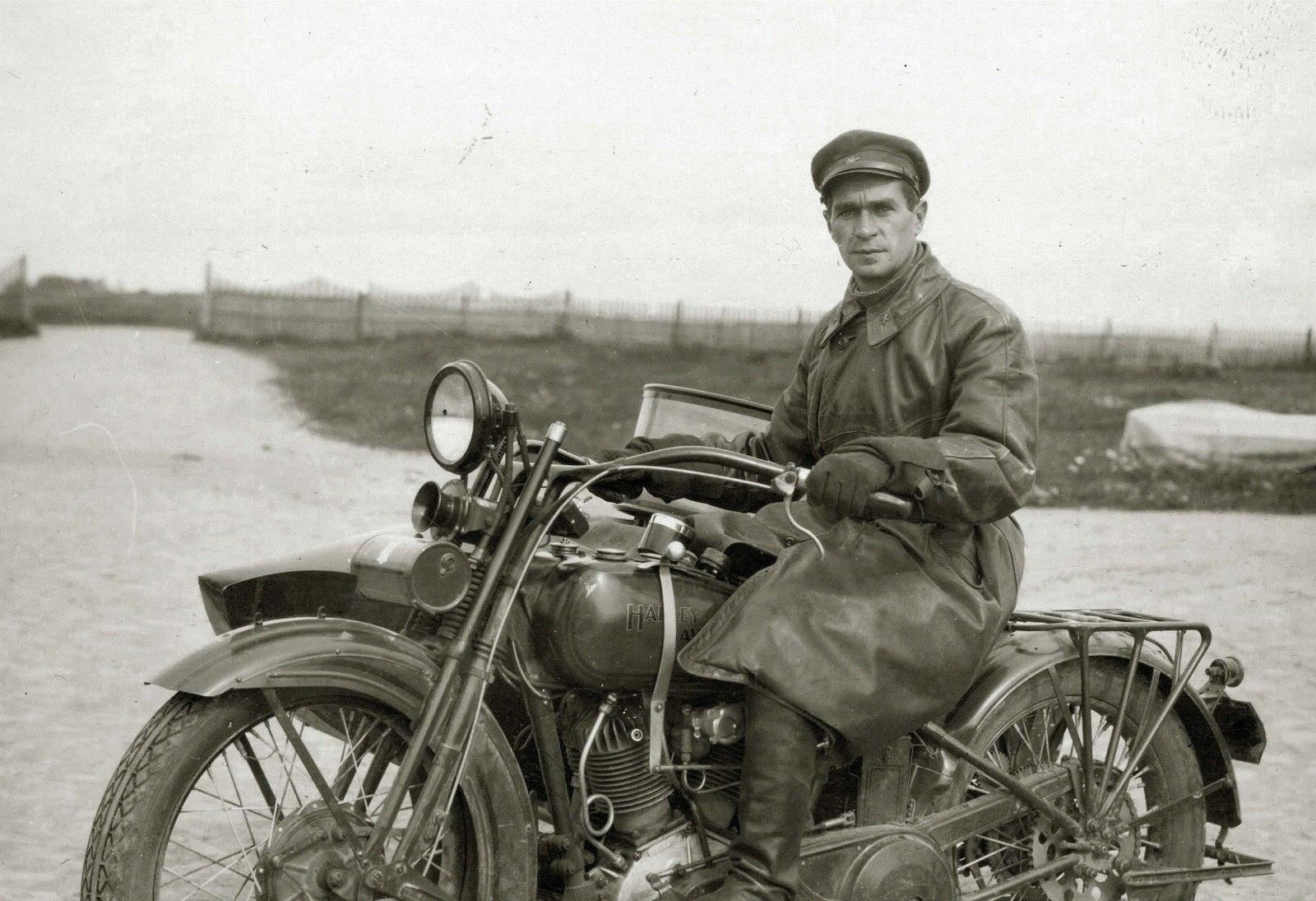 Комбриг Красной армии на мотоцикле Harley-Davidson