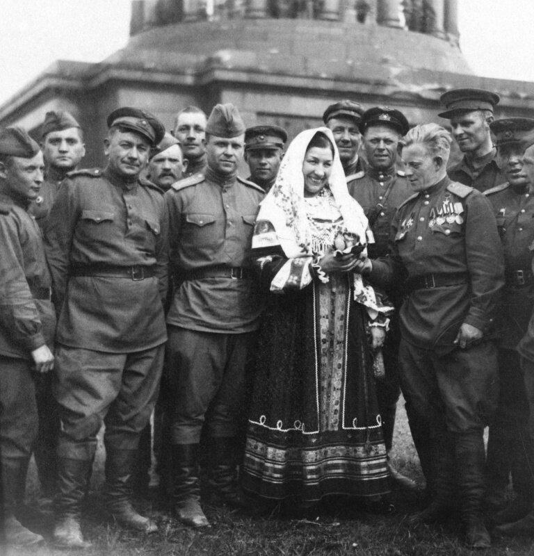 Лидия Русланова на фронте