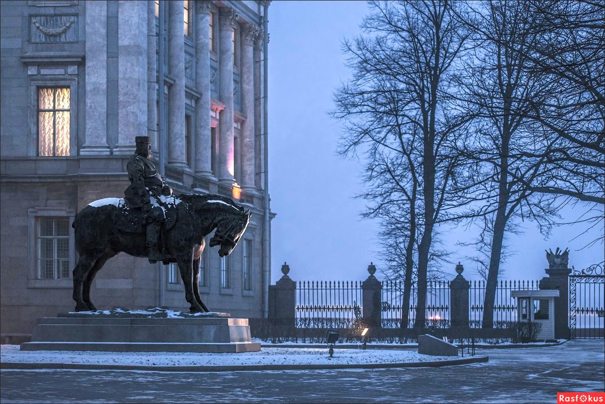 Памятник Александру III во дворе Мраморного дворца