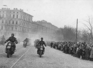 Советские солдаты на мотоциклах Harley-Davidson