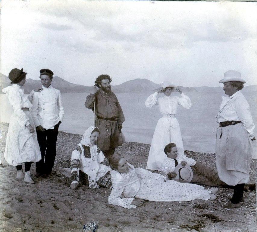 М.А. Волошин, Е.О. Кириенко-волошина (справа). П.С. Соловьева (лежит со шляпой) на берегу Черного моря. Коктебель, 18 августа 1903 г