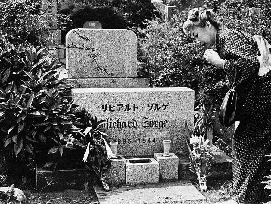 Ханако Исии у могилы своего гражданского мужа, советского разведчика Рихарда Зорге, казнённого в Японии за шпионаж.