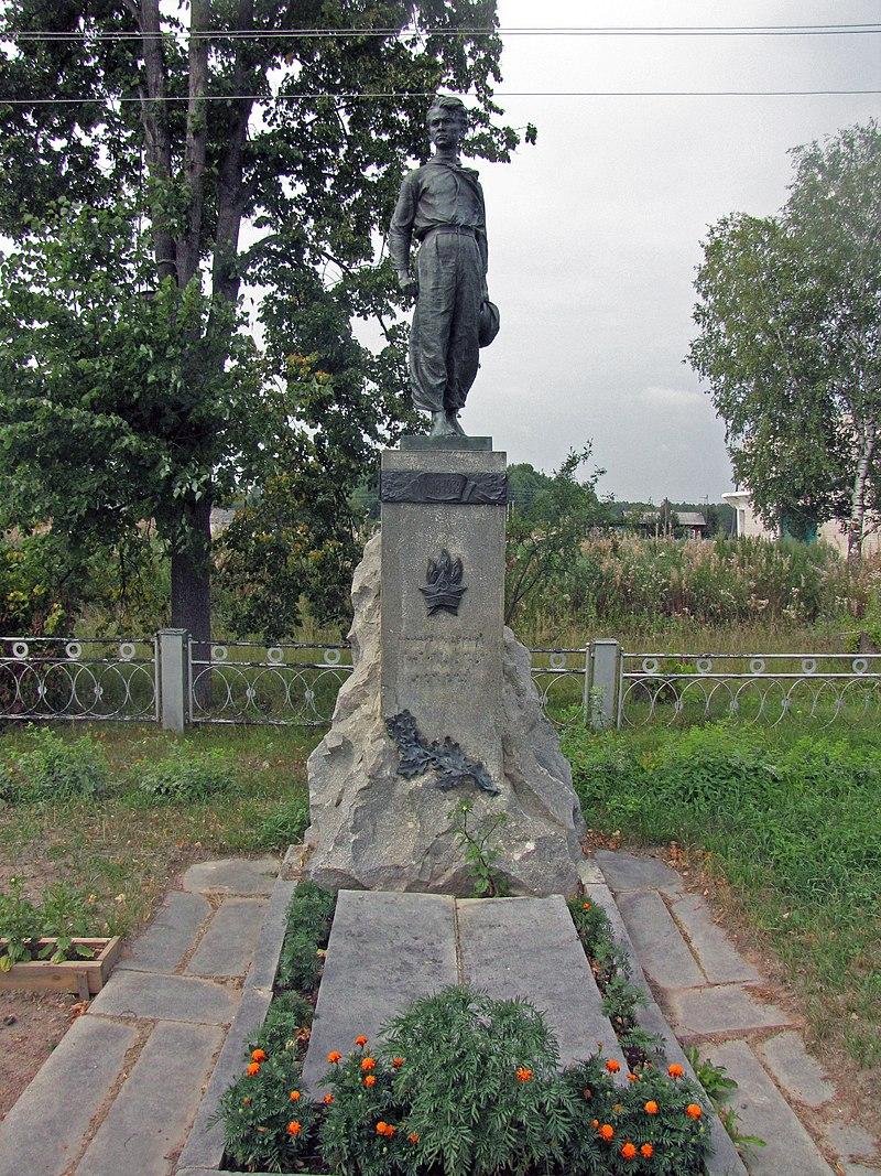 Памятник Павлику Морозову в селе Герасимовка. Здесь же похоронен сам пионер-герой и его брат Федор