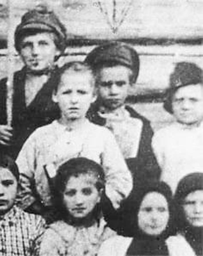 Павлик Морозов (в центре, в фуражке) с одноклассниками, слева — его двоюродный брат Данила Морозов (1913 г. р.)